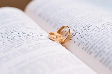 Couple homosexuel : Qui demande qui en mariage ? Et comment ?